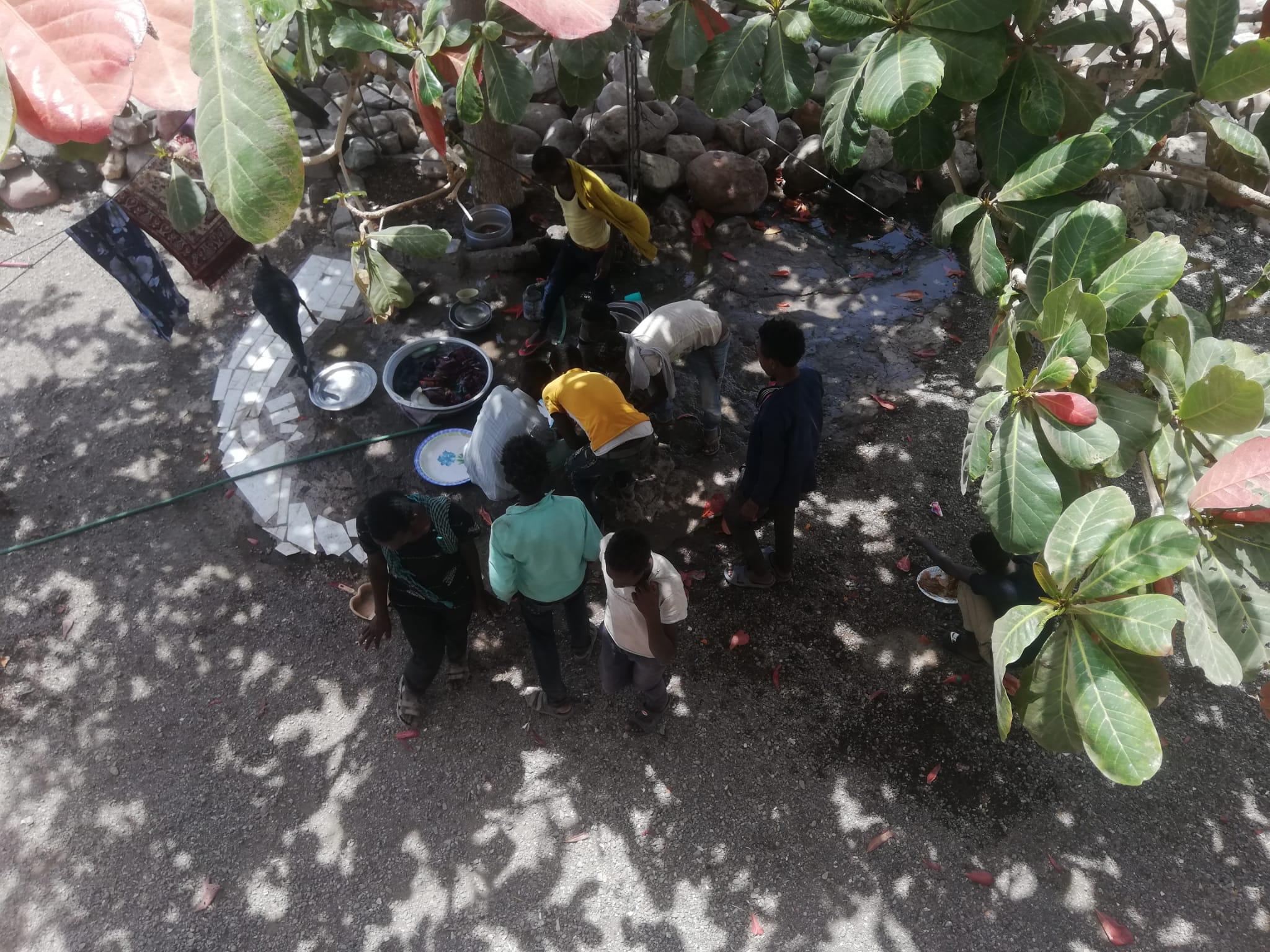 Männergruppe an der Essensstation